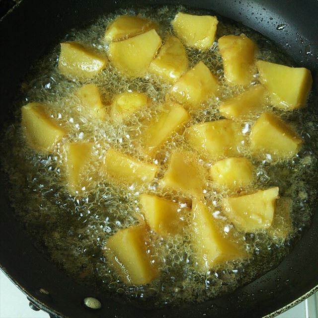 芋を揚げる